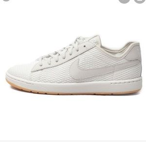 Nike tennis shoes women's size 6
